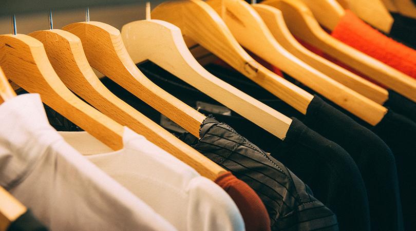 bild på kläder som hänger på en ställning